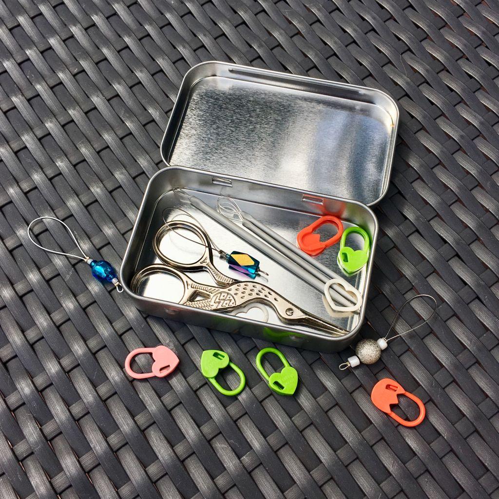 Metalldose WIP mit Klappdeckel - gefüllt mit Maschenmarkierern, Vernähnadeln und einer Schere