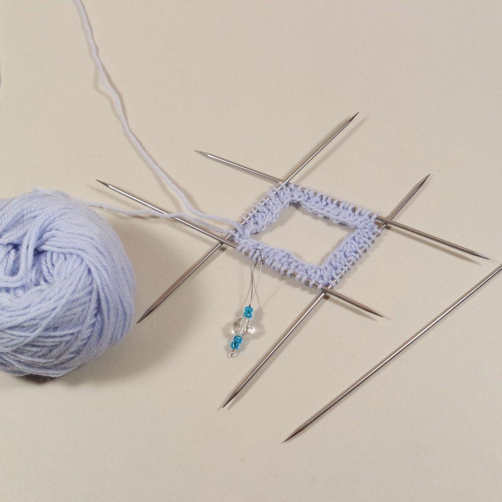 Socken auf dem Nadelspiel