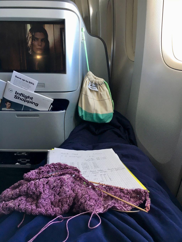Stricknadeln und ein Strickprojekt im Flugzeug
